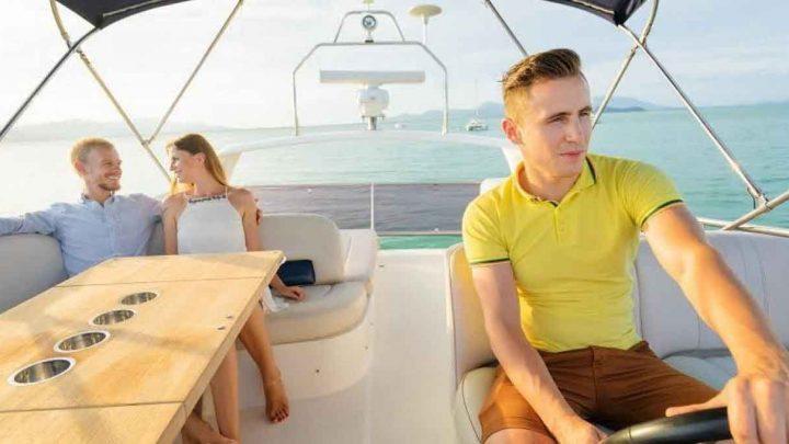 Молодые люди на яхте в Сочи