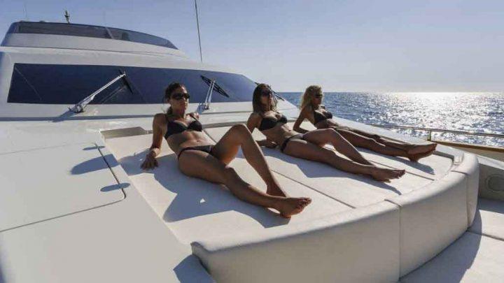 Девушки загорают на большой яхте