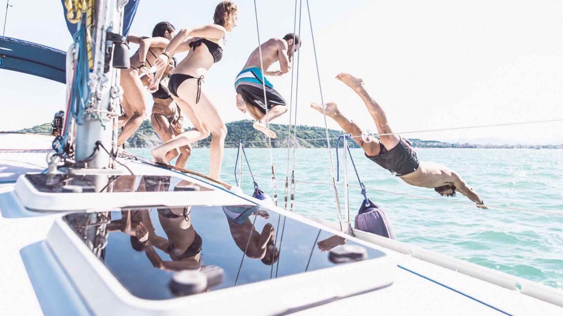 Купание в море с друзьями
