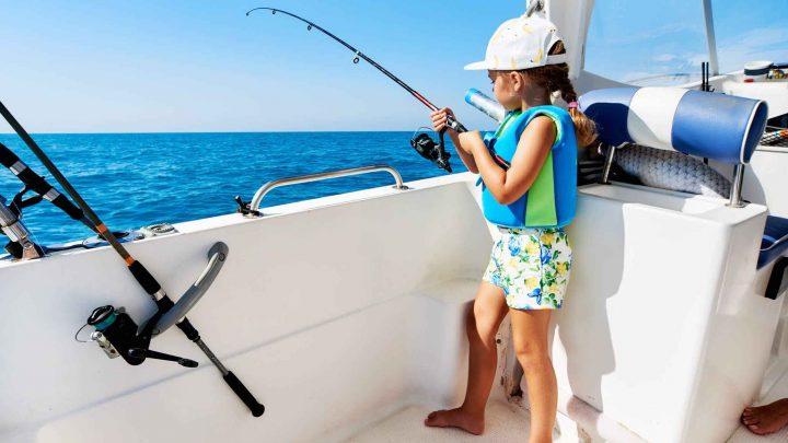 Дети на рыбалке в море