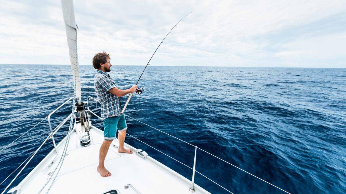 Рыбак на яхте в море