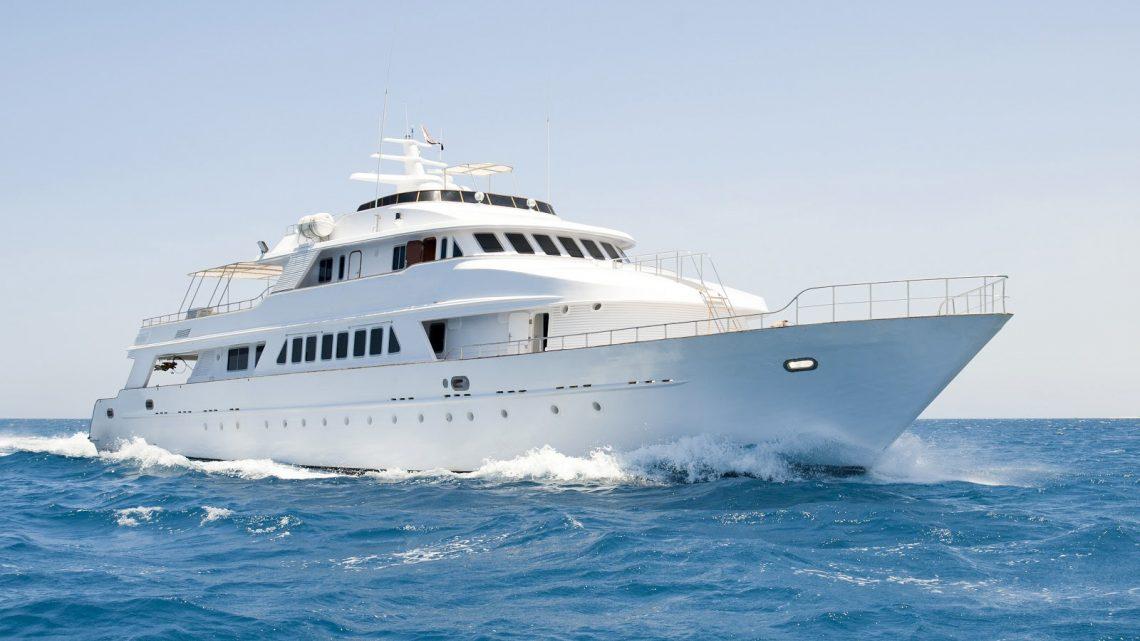 Огромная белая яхта