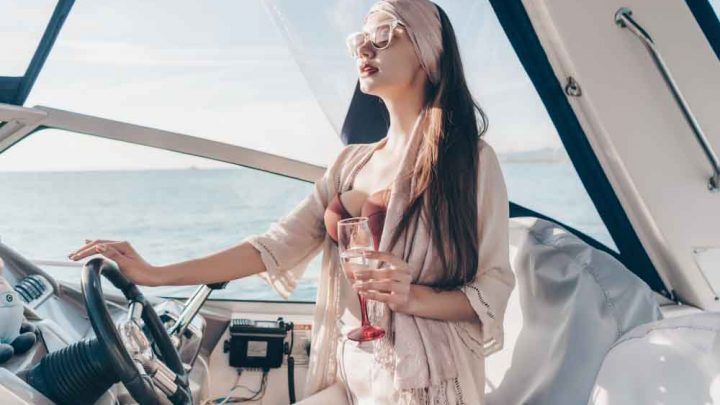Девушка на катере в море